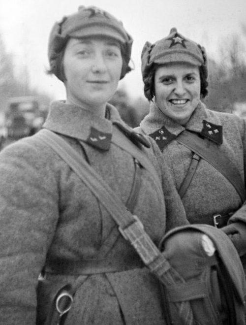 Военфельдшеры А.В. Пиваварова-Фатеева и Т.Л. Копаладзе на Карельском перешейке. 1939 г.