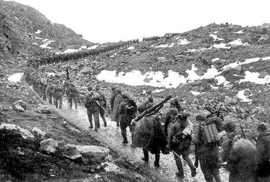 Морская пехота на марше через хребет Мустатунтури.