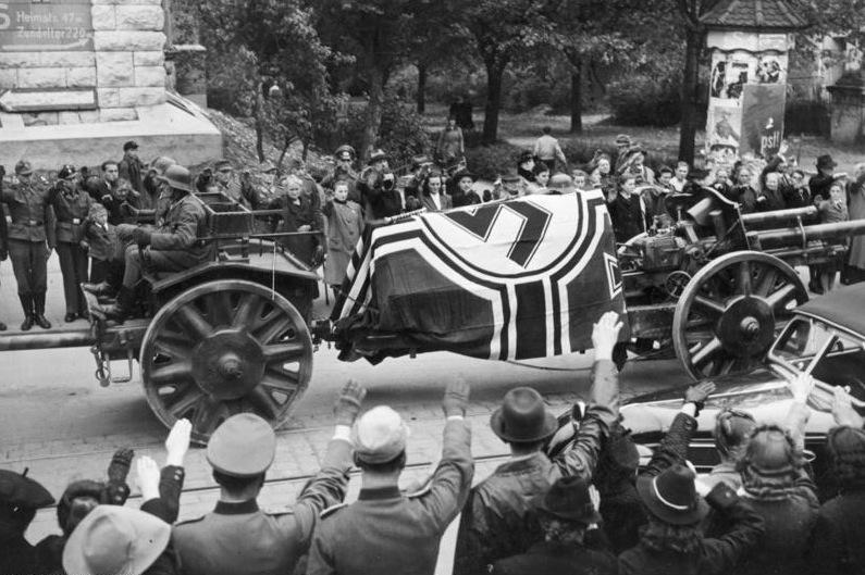 Гроб с телом Роммеля на орудийном лафете во время похорон.