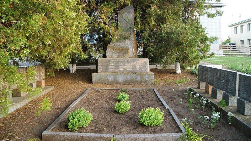 с. Благодатное Арбузинского р-на. Мемориал советским воинам, установленный в 1975 году.