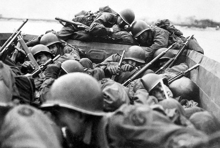 Солдаты 89-й американской пехотной дивизии переправляются через Рейн.