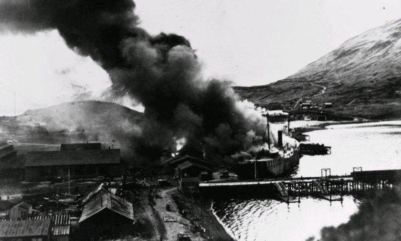 Пожары на базе Датч-Харбор после японской атаки.