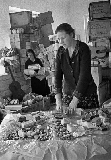 Женщины готовят подарки фронтовикам к Новому году. Декабрь 1941 г.