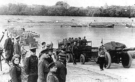 Советские войска переправляются через реку Тиссу.