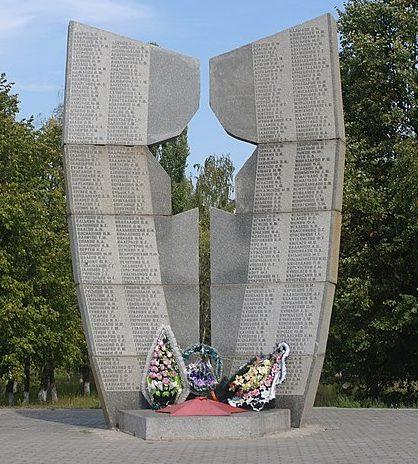 с. Белозорье Черкасского р-на. Памятник, установленный на братской могиле, в которой похоронен 571 советский воин, погибший при освобождении села в январе 1944 г.