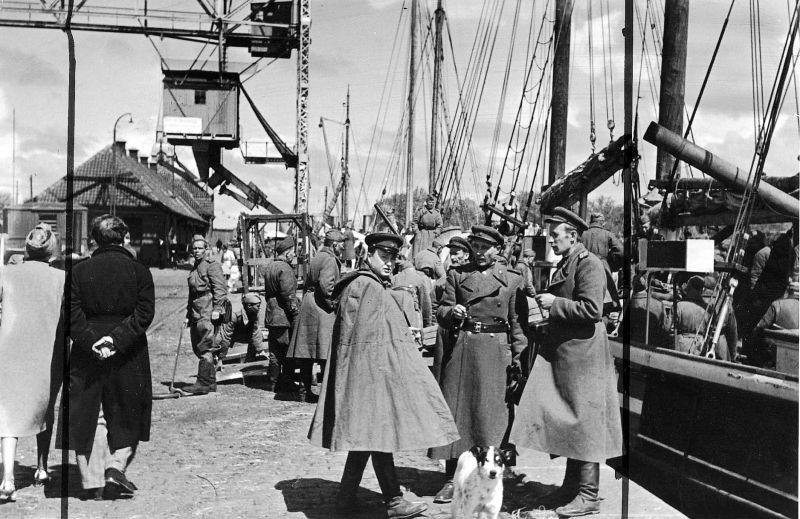 Советские офицеры и солдаты в порту острова Борнхольм.