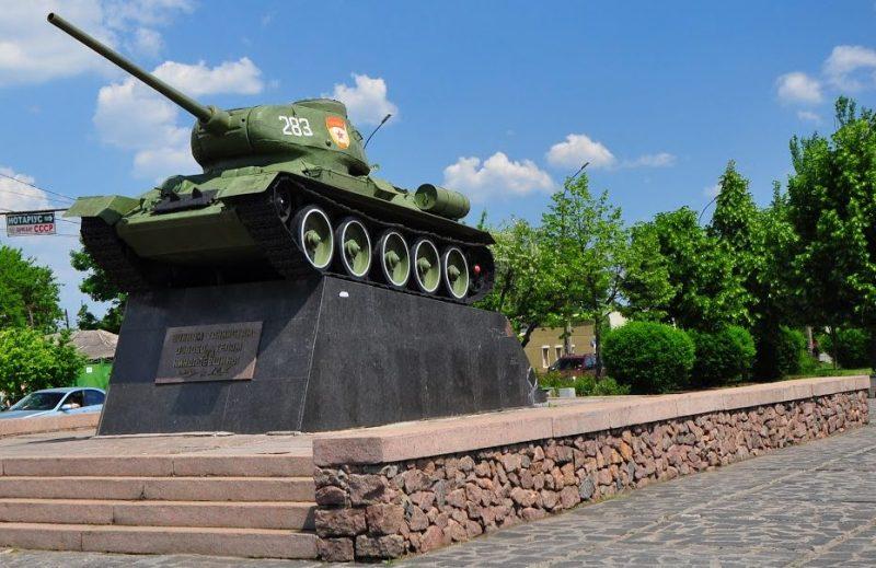 г. Николаев. Памятник-танк Т-34-85, установленный в честь воинов-танкистов.