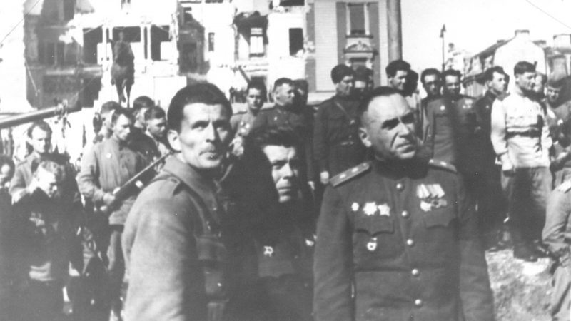 Генерал Пеко Дапчевич и генерал Владимир Жданов в освобожденном Белграде.