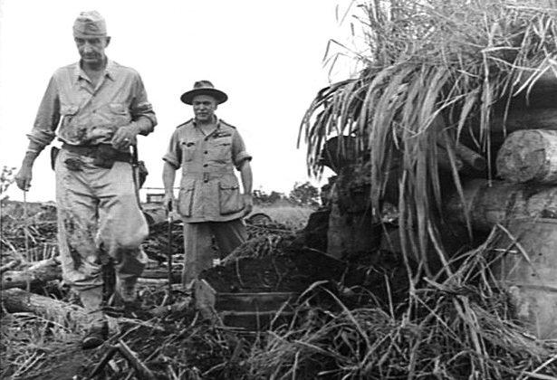 Генерал Томас Блейми и генерал-лейтенант Роберт Эйхельбергер осматривают захваченный бункер в Буна.