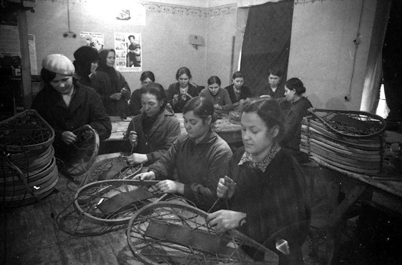 Производство снегоступов в куйбышевской артели «Пролетарский труд». Декабрь 1941 г.