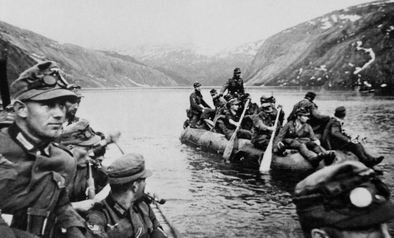 Горные егеря Вермахта переправляются через горное озеро вблизи Нарвика. Апрель 1940 г.