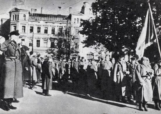 Бойцы 130-го Латышского стрелкового корпуса проходят по улицам Риги.