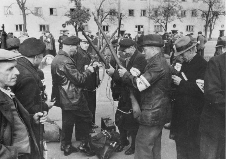 Фольксштурмисты получают винтовки.