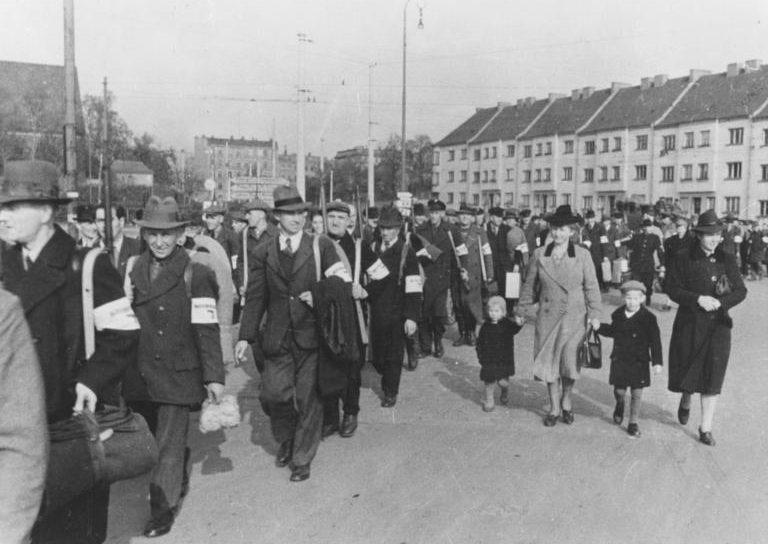 Добровольцы Фольксштурма идут на сборный пункт. Октябрь 1944 г.