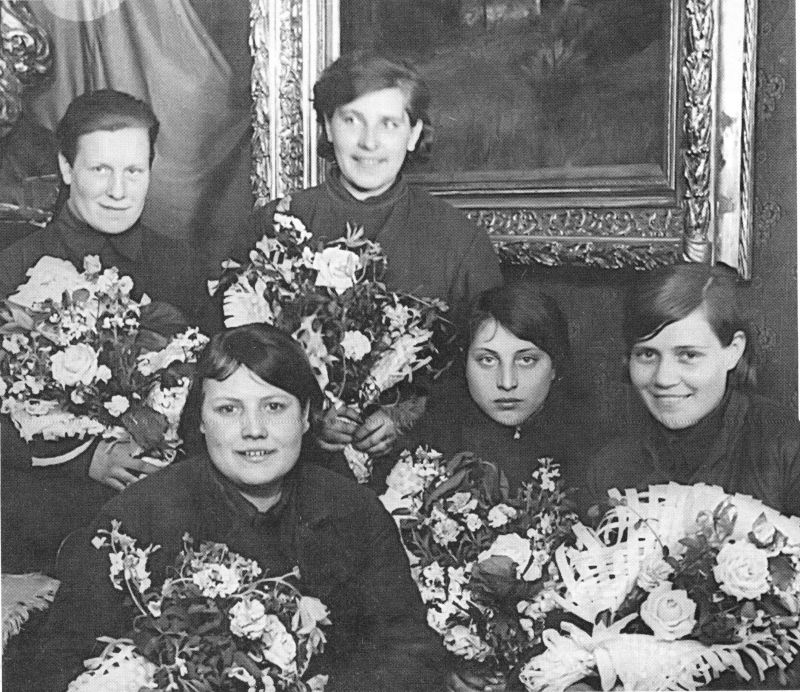 Сотрудницы подвижного полевого госпиталя, вернувшиеся с фронта, на встрече с преподавателями и слушателями Военно-медицинской Академии имени С.М. Кирова. Апрель 1940 г.