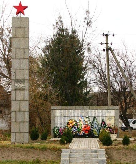 с. Белозорье Черкасского р-на. Памятник, установленный на братской могиле, в которой похоронен 41 советский воин-парашютист, а также мемориальная стела с именами 515 односельчан, погибших в годы войны.