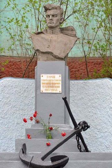 г. Николаев. Бюст Героя Советского Союза К. Ф. Ольшанского, установленный в 1964 году при входе на территорию Николаевского морского торгового порта. Скульптор - О. Здиховский.