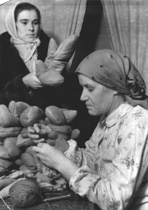 Изготовление рукавиц в тылу для военнослужащих РККА. 1941 г.