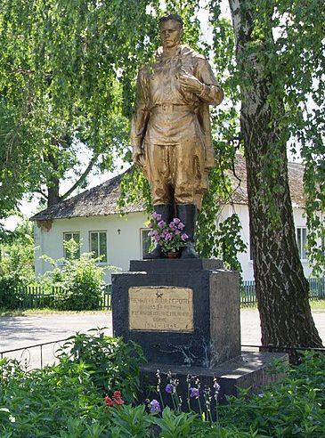 с. Березняки Черкасского р-на. Памятник, установленный на братской могиле 14 советских воинов, погибших при освобождении села.