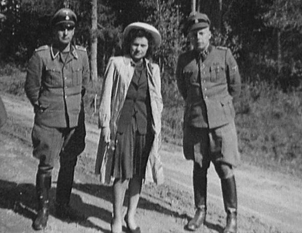 Шилова в обществе германских офицеров.