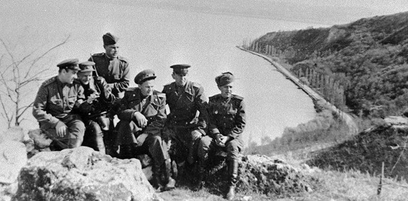 Солдаты и офицеры 3-го Украинского фронта на берегу озера Балатон.
