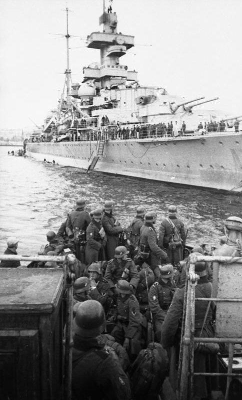 Тяжелый крейсер «Адмирал Хиппер» высаживает войска в Норвегии. Апрель 1940 г.