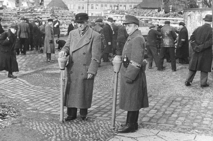 Ополченцы Фольксштурма на сборном пункте. Октябрь 1944 г.