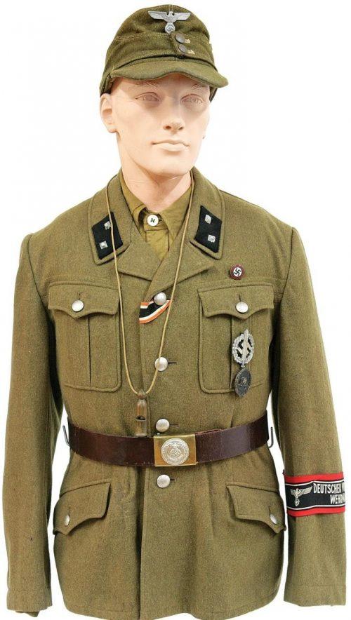 Цугфюрер Фольксштурма в униформе NSDAP.