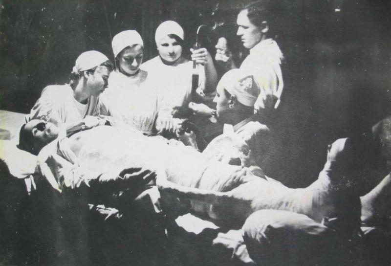 Медсестры за переливанием крови в советском военном госпитале во время Зимней войны. 1940 г.