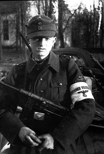 16-летний член Гитлерюгенда в восточно-прусском Фльксштурме. Октябрь 1944 г.