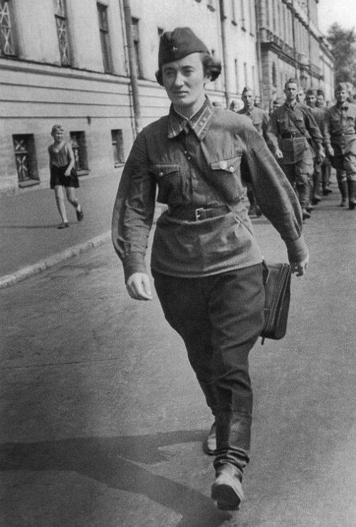 Девушка-командир взвода со своим подразделением на улице Ленинграда. Июль 1941 г.