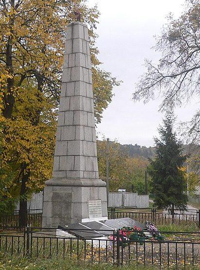 с. Будище Черкасского р-на. Памятник, установленный на братской могиле, в которой похоронено 19 советских воинов и памятный знак 151 односельчанину.