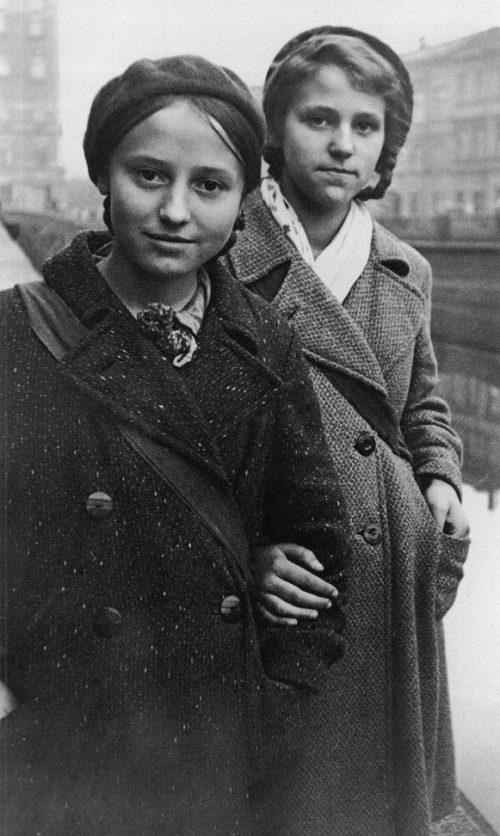 Валя Иванова и Валя Игнатович, потушившие две зажигательные бомбы, упавшие на чердак их дома. Ленинград, 1941 г.