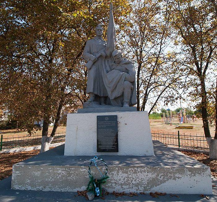 с. Бузуков Черкасского р-на. Памятник, установленный на братской могиле, в которой похоронено 18 советских воинов, погибших при освобождении села.