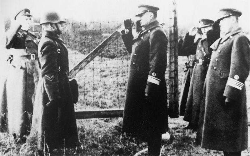 Представители эстонских вооруженных сил передают военную базу Красной Армии. Октябрь 1939 г.