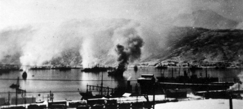 Вид на гавань Нарвика во время налета британских бомбардировщиков. Апрель 1940 г.