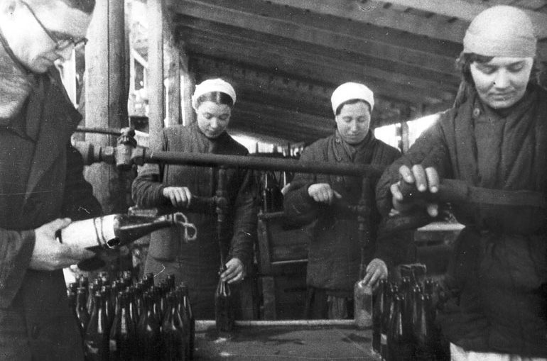 Изготовление «коктейлей Молотова». 1941 г.