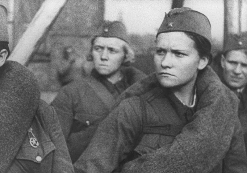 Женщины из медико-санитарного батальона 9-й дивизии народного ополчения Кировского района Москвы в строю перед отправлением на фронт. Август 1941 г.