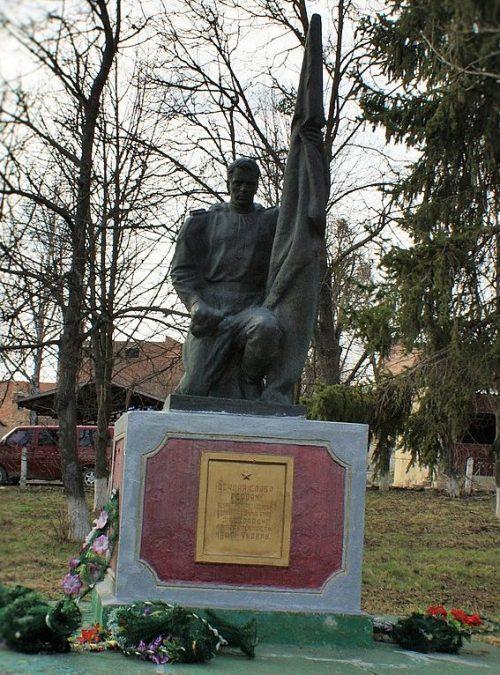 с. Тальянки Тальновского р-на. Памятник, установленный на братской могиле советских воинов.