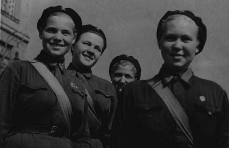 Ленинградские девушки-милиционеры - регулировщики дорожного движения. Август 1941 г.