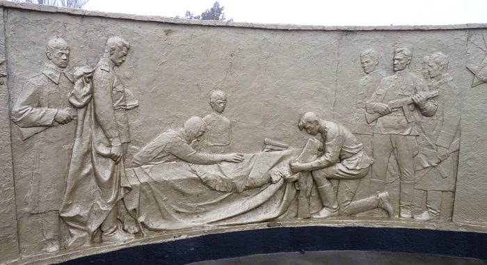 Барельефы на мемориале.