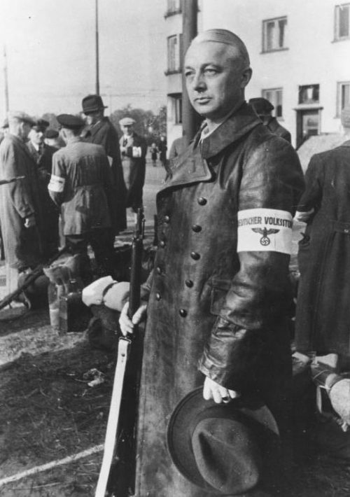 Фольксштурмисты получают винтовки. Октябрь 1944 г.