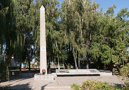 с. Дубиевка Черкасского р-на. Памятник 318 погибшим односельчанам, т.ч. Герою Советского Союза Сидоренко М. Л. Здесь же в братской могиле похоронено 20 советских воинов.