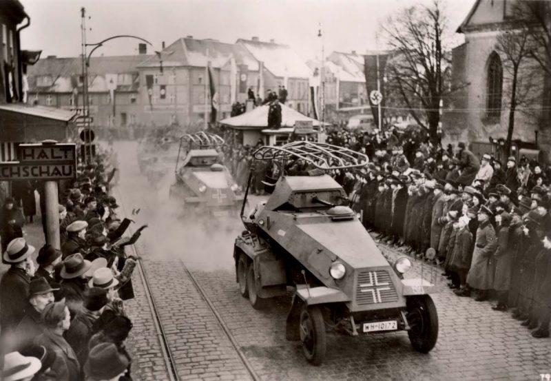 Мемельские немцы приветствуют вступившую в Клайпеду германскую армию после аннексии Мемельского края. Март 1939 г.
