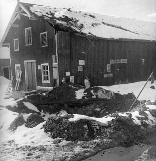 Повреждения после немецкой бомбардировки фермы Хегг в окрестностях Нибергсунда, где скрывались король Норвегии Хокон VII и премьер-министр Йохан Нигаардсволд. 11 апреля 1940 г.