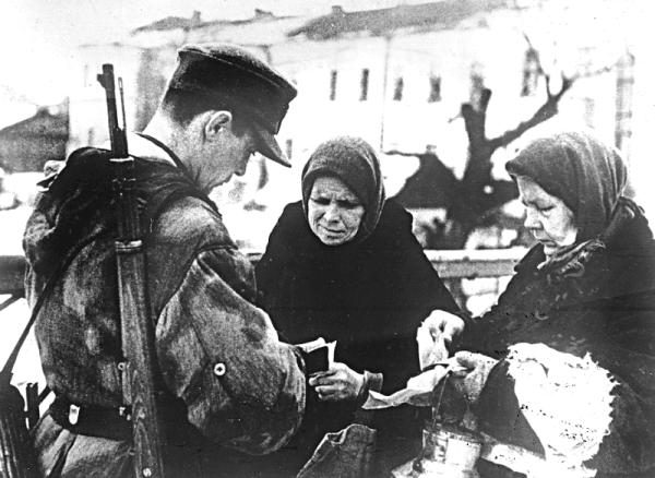 Проверка документов у горожан. 1942 г.