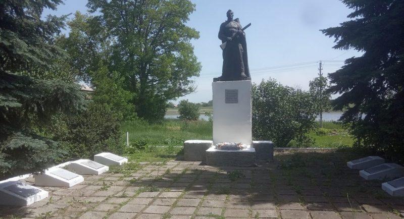 с. Михайловка Казанковского р-на. Памятник советским воинам.