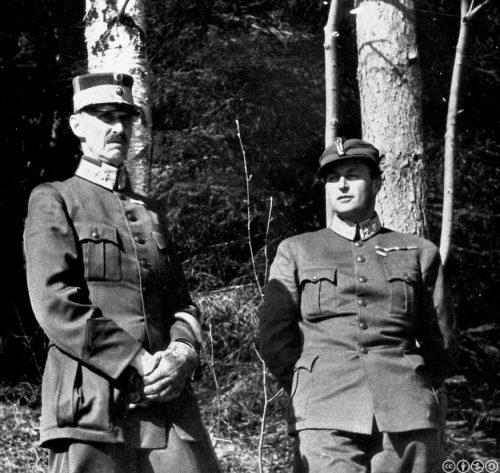 Король Хокон и наследный принц Олав прячутся в лесу во время воздушного налета на Мольде. Апрель 1940 г.