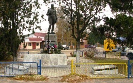 с. Дубиевка Черкасского р-на. Памятник, установленный на братской могиле воинов, погибших в боях за село.