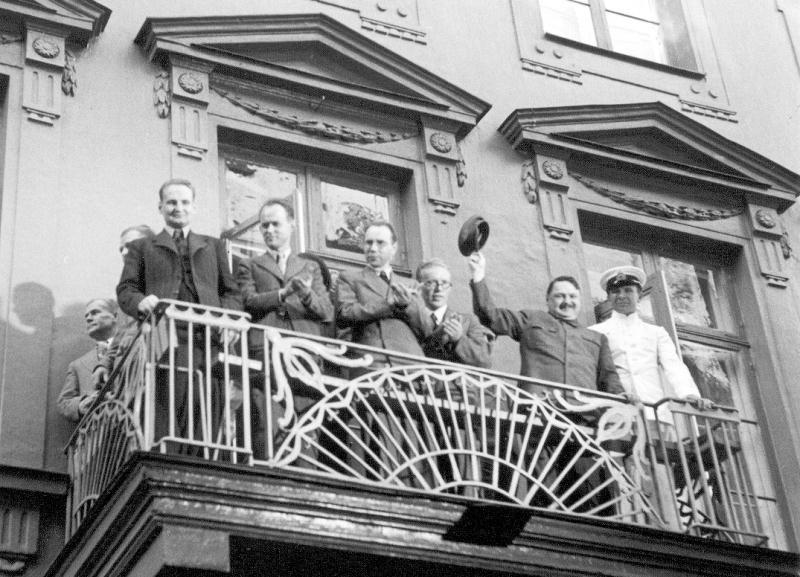 Андрей Жданов приветствует демонстрацию на улице Пикала на балконе посольства СССР. 21 апреля 1940 г.